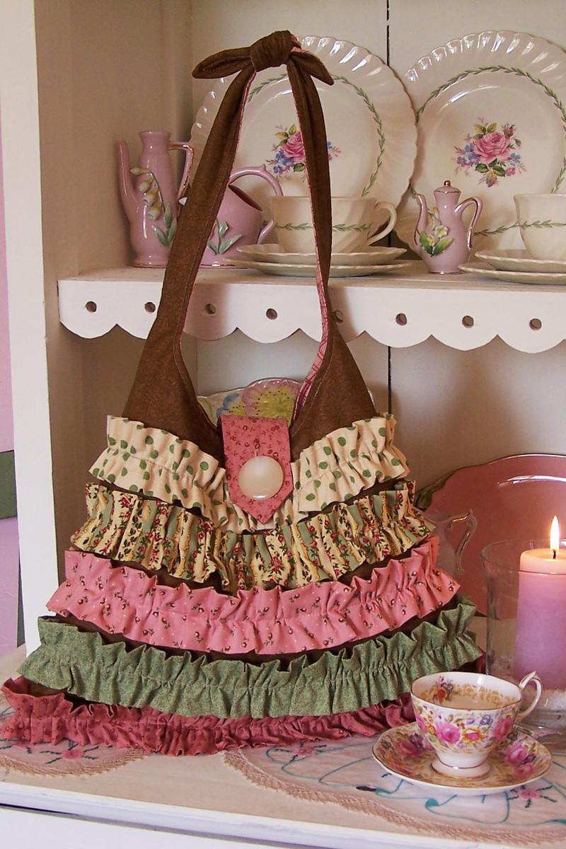 Некоторые сумки имеют сложный крой, и о способе их изготовления можно...
